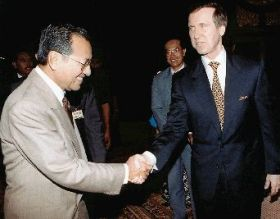 Mahathir greeting US Secretary of Defense William Cohen in Kuala Lumpur in 1998 during Pacific Dialogue Conference.