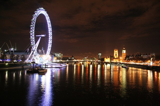 English: Thames view at night Looking south fr...
