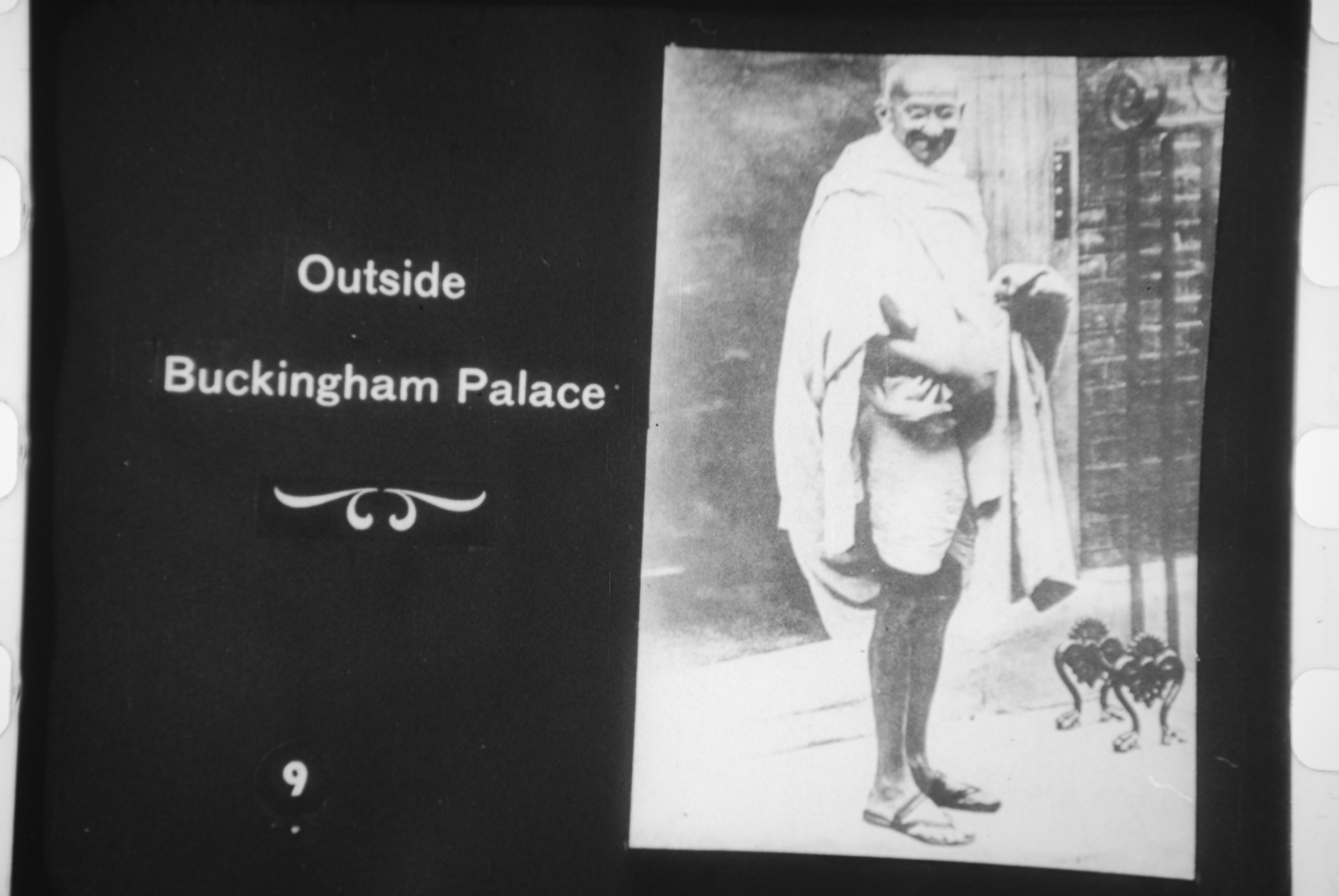 https://i2.wp.com/upload.wikimedia.org/wikipedia/commons/0/08/Gandhi_outside_Buckingham_Palace.jpg