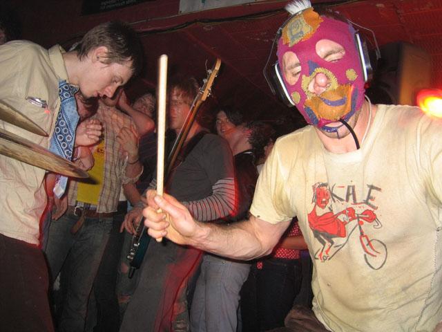 Mēs mīlam spēlēt pūlī starp skatītājiem, kad gar sāniem beržas piedzērušu jauniešu dibeni.