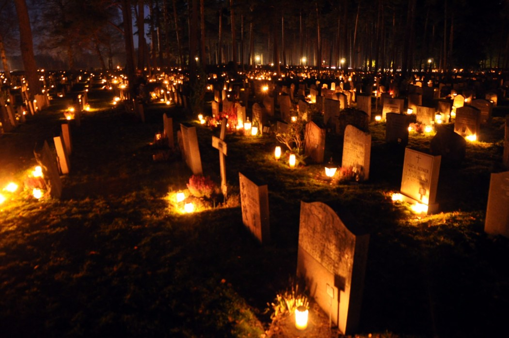Candles placed on graves on All Soul's Day ©Holger Motzkau 2010/WikiCommons