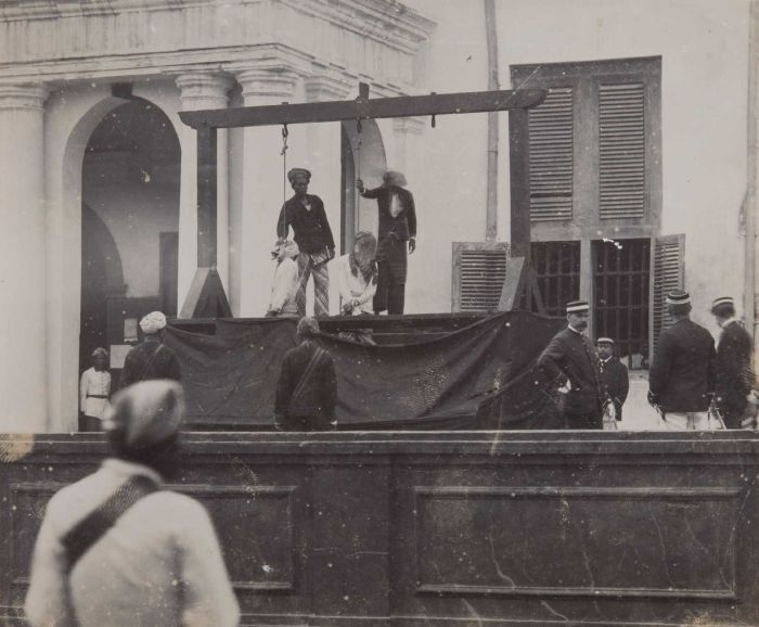 bagian bawah panggung panggung pun di jebloskan sehingga leher mereka patah dan seketika mati  kedua foto diambil antara tahun 1895-1925