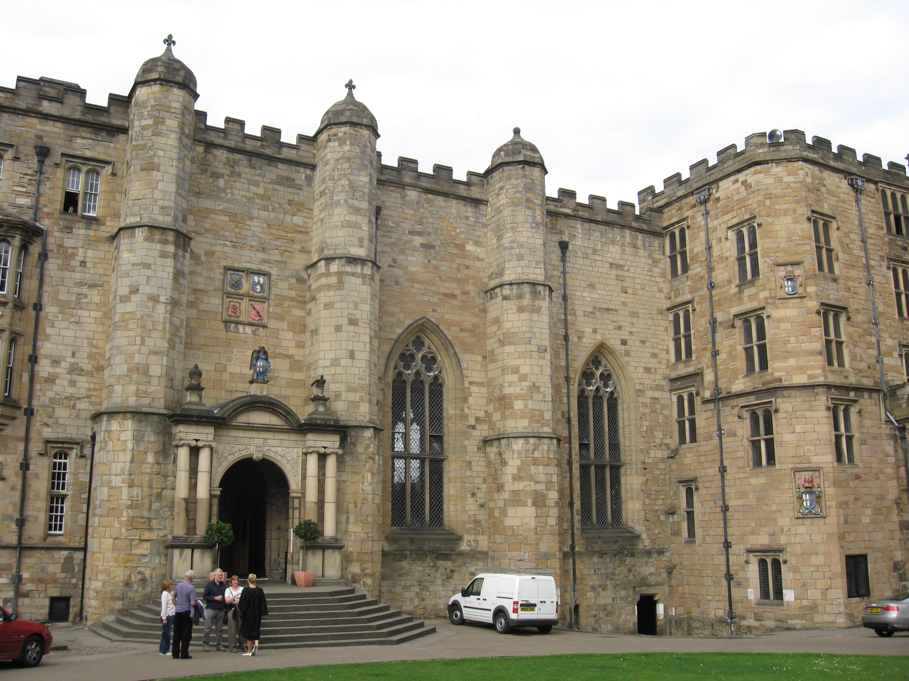 https://i2.wp.com/upload.wikimedia.org/wikipedia/commons/0/0d/Durham_Castle_Entrance.JPG
