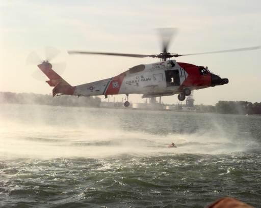 Helicóptero a baja altitud