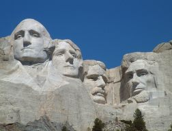https://i2.wp.com/upload.wikimedia.org/wikipedia/commons/1/10/Mount_Rushmore_National_Memorial.jpg?resize=252%2C191