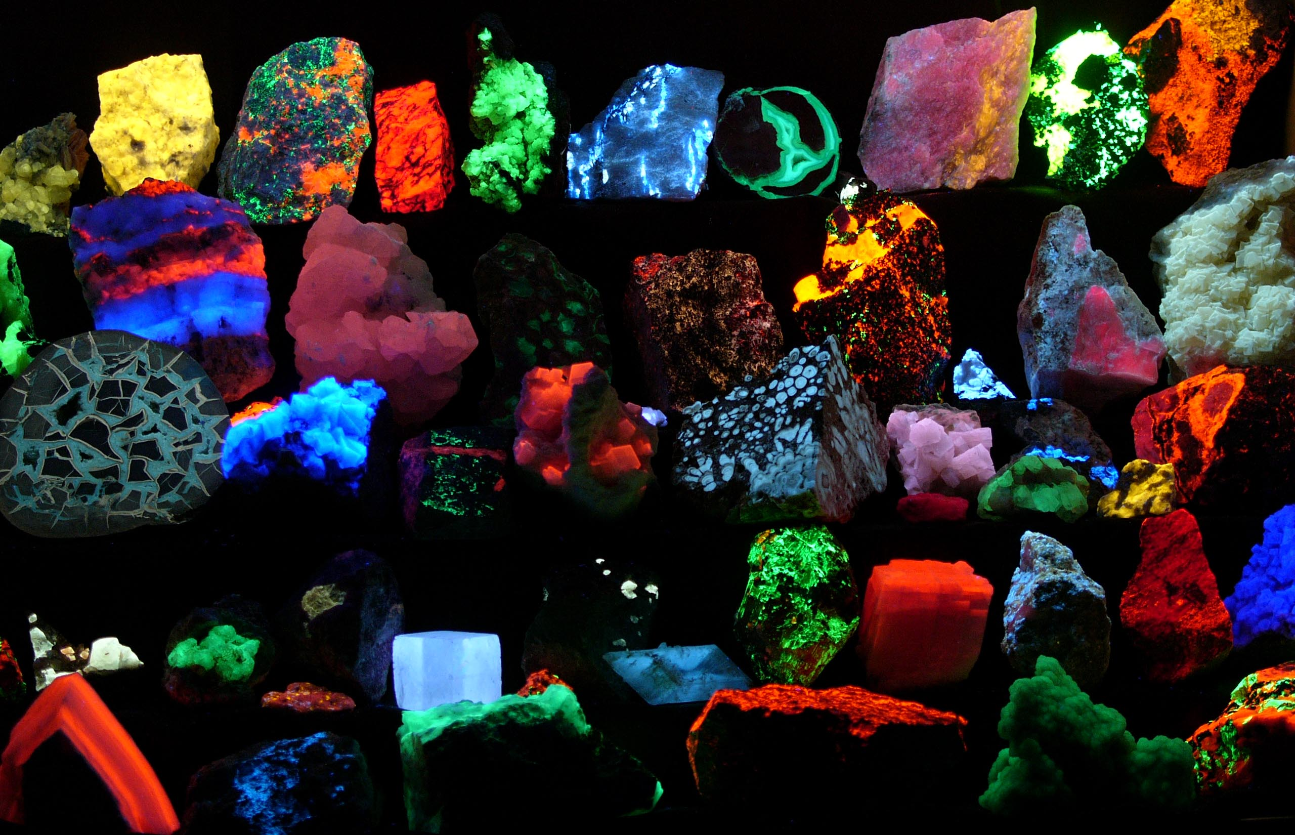 English: Collection of various fluorescent min...