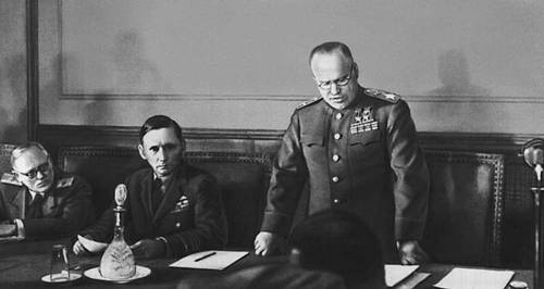 Fișier:Zhukov reads capitulation act.jpg