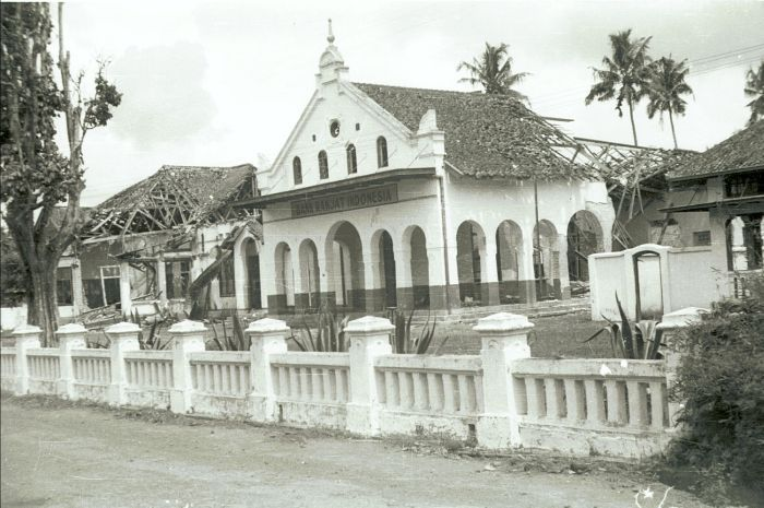 Berkas:COLLECTIE TROPENMUSEUM Vernield filiaal van de Bank Rakjat Indonesia TMnr 10029199.jpg