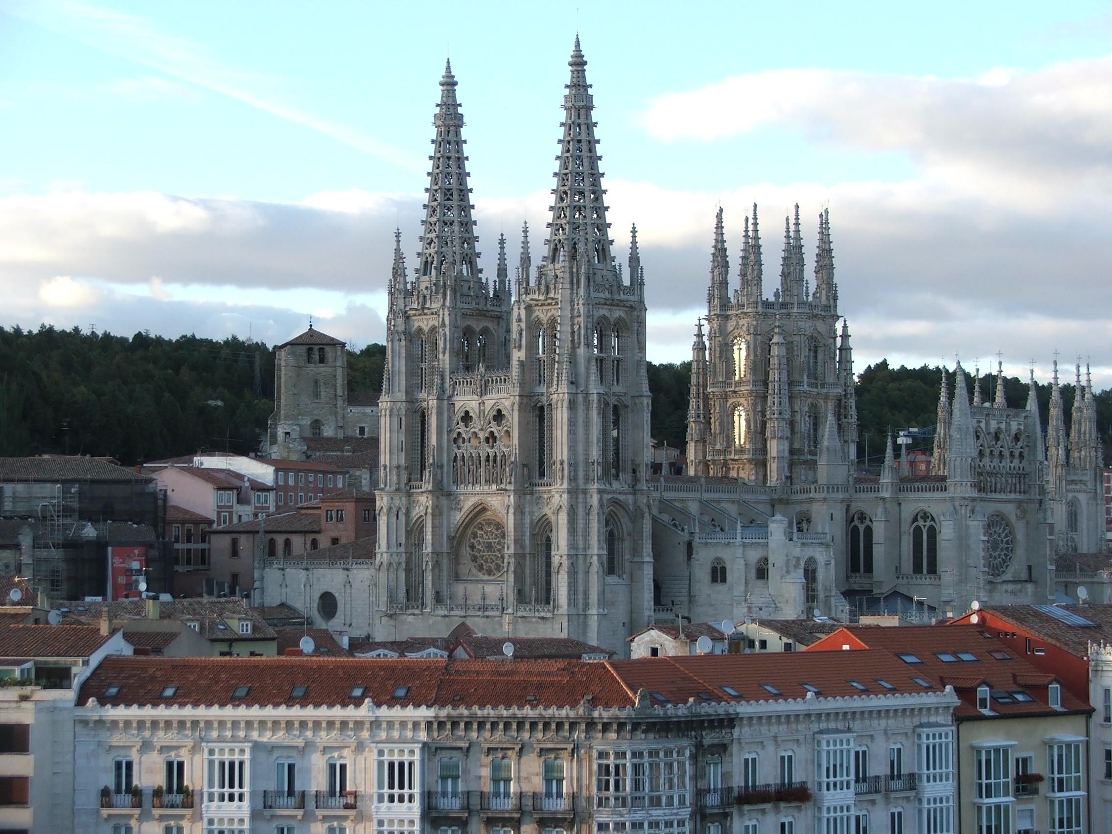 https://i2.wp.com/upload.wikimedia.org/wikipedia/commons/1/19/Catedral_de_Burgos_II.jpg
