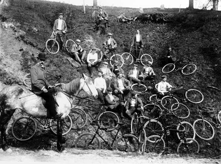 English: Cycling club in Swansea, Toronto, Canada.
