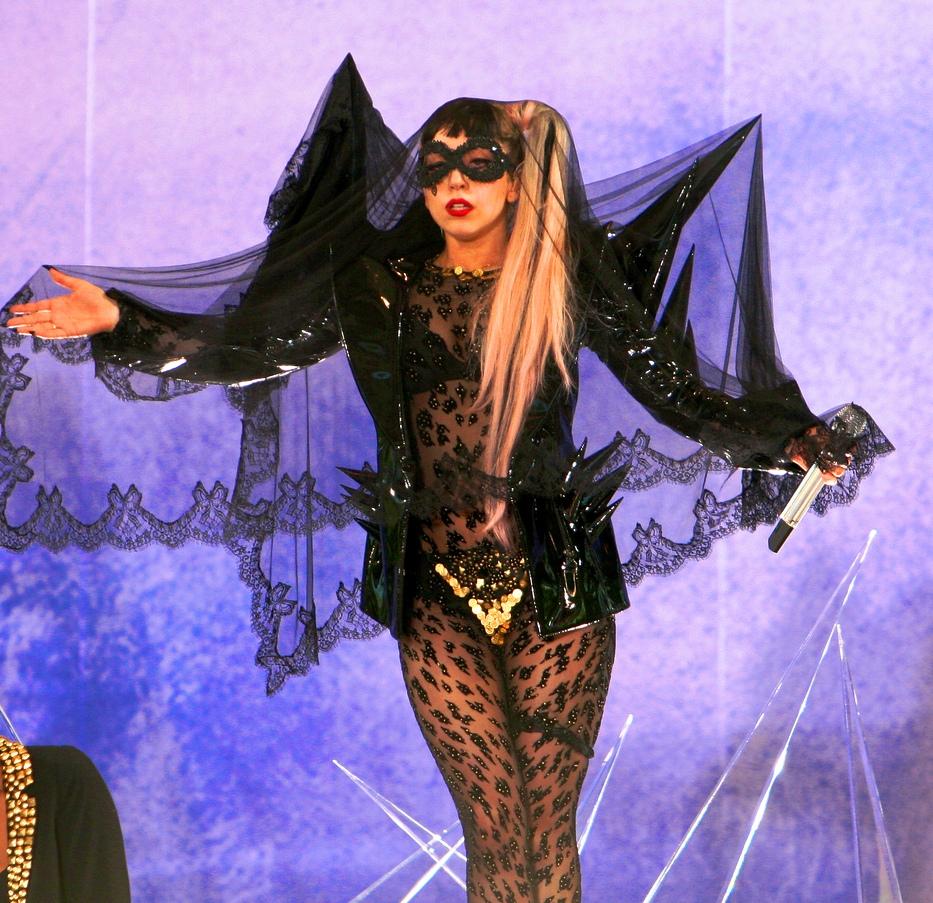 Леди Гага исполняет «The Edge of Glory» на шоу «Good Morning America»