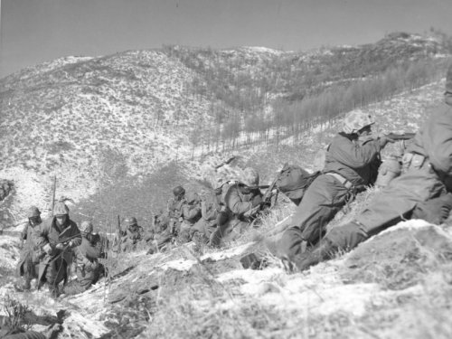 https://i2.wp.com/upload.wikimedia.org/wikipedia/commons/1/1b/Marines_engage_during_the_Korean_War.jpg?w=500