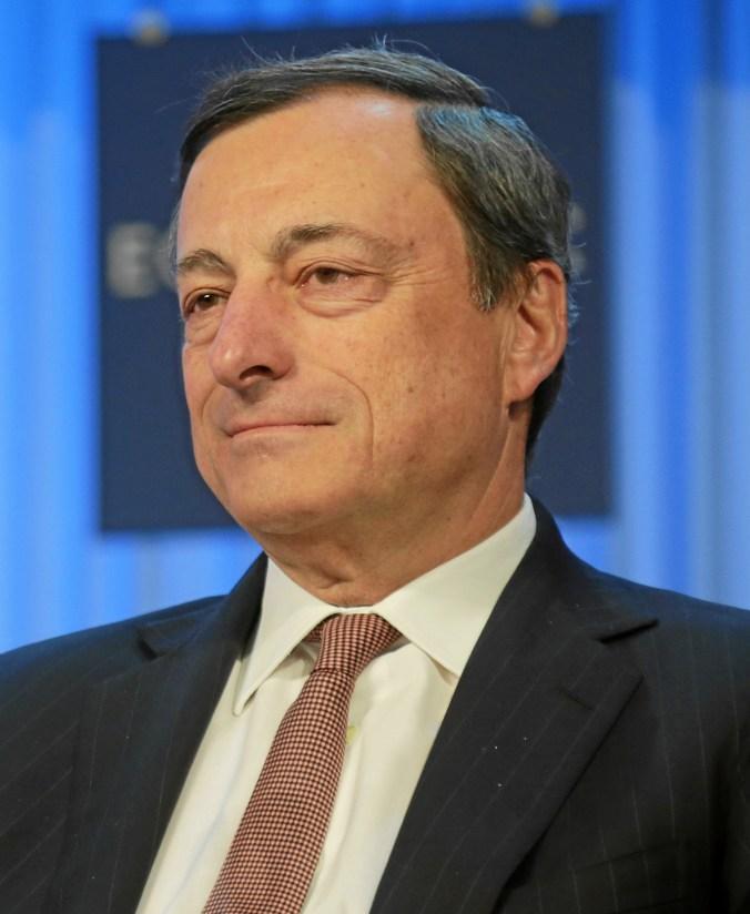 """Mario Draghis Gesichtsausdruck während der Herstellung des Gutes Euro. """"Ein müdes Lächeln"""". Sparen ist nicht gleich sparen."""