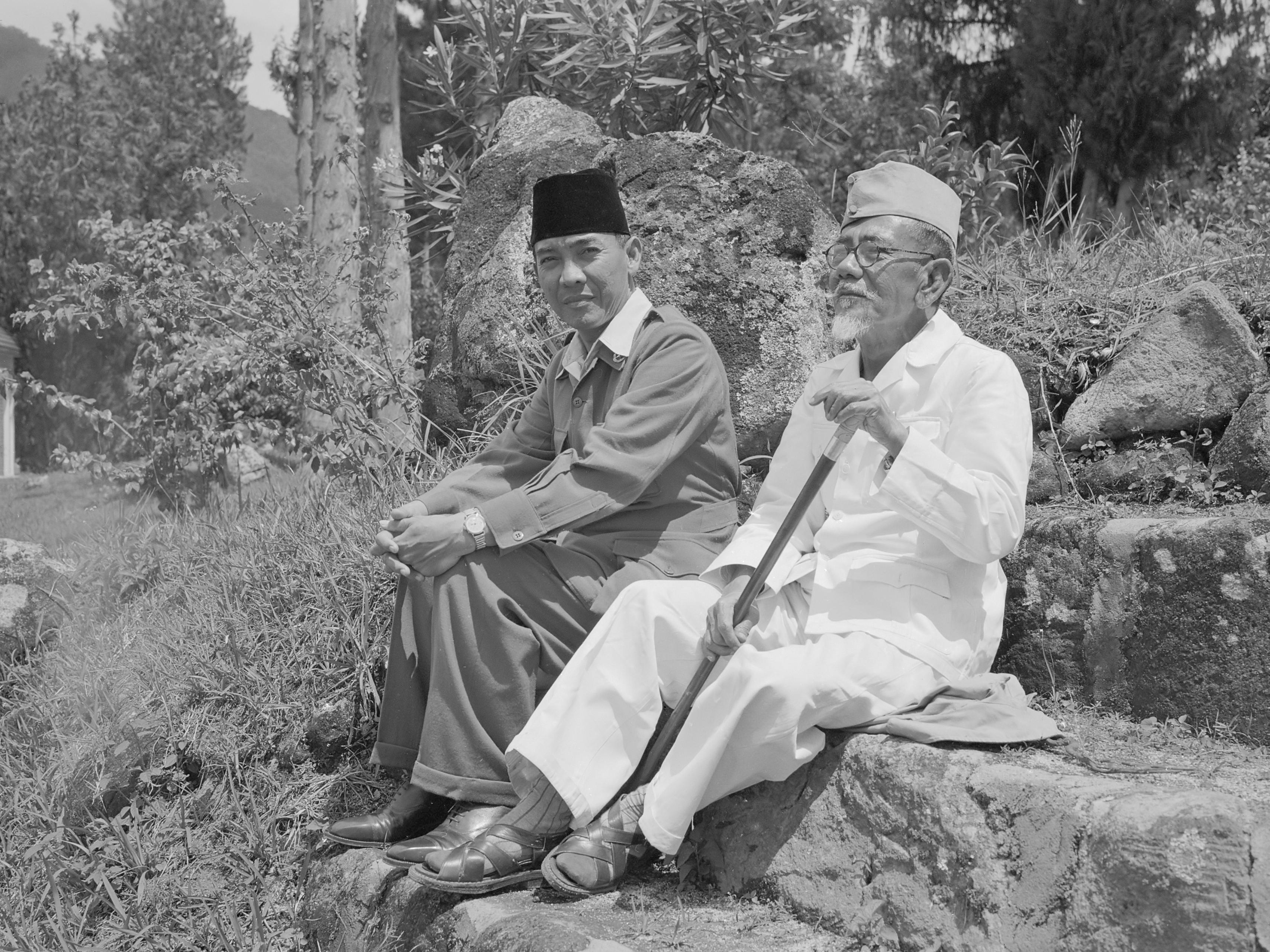 https://i2.wp.com/upload.wikimedia.org/wikipedia/commons/1/1e/COLLECTIE_TROPENMUSEUM_President_Soekarno_tijdens_een_wandeling_met_Hadji_Agus_Salim_TMnr_10018810.jpg