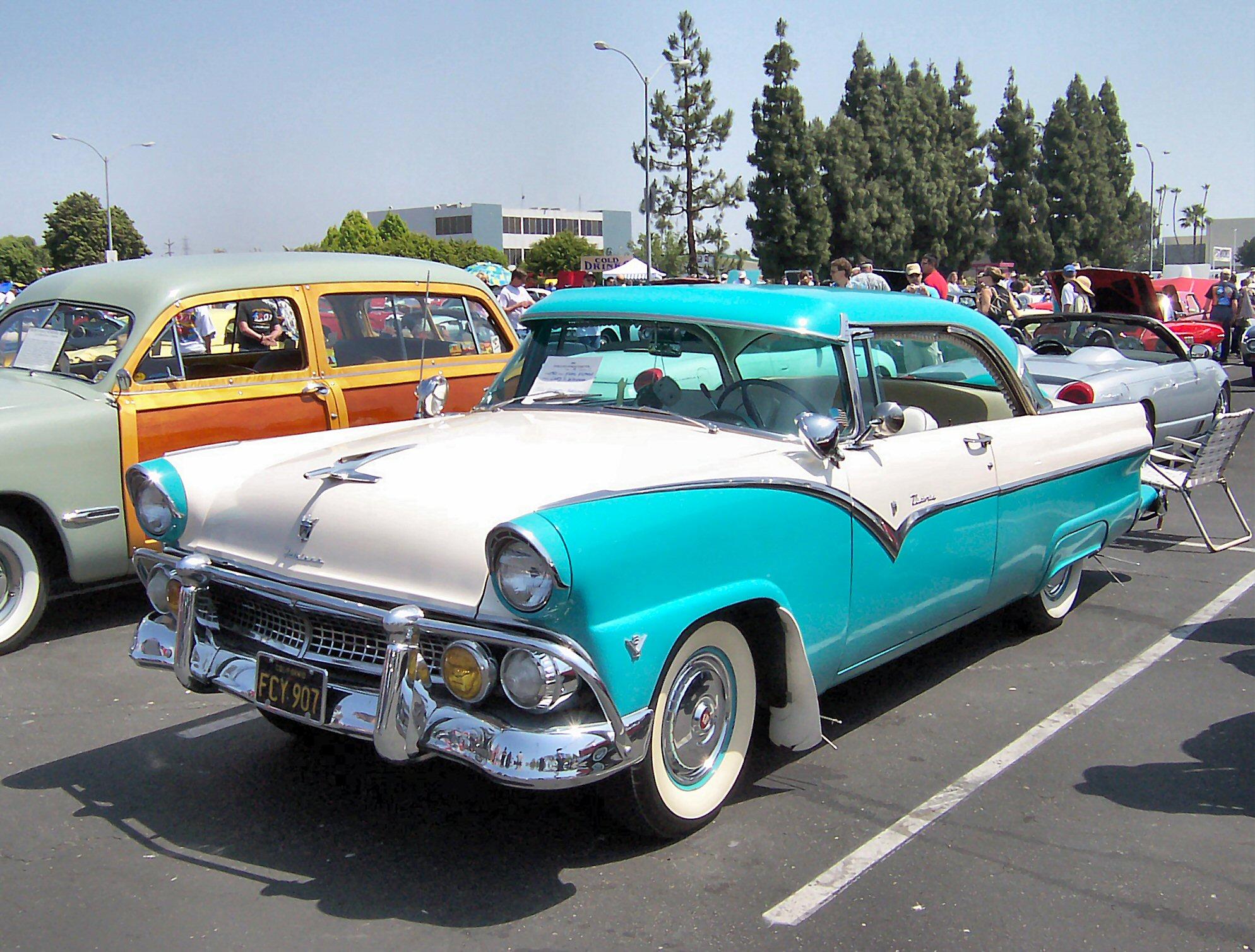Archivo:1955 Ford Fairlane Victoria.jpg
