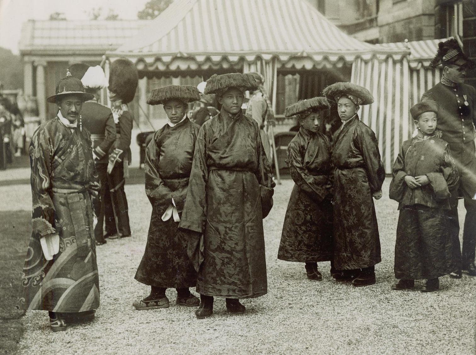 Lungshar et ses jeunes élèves à Buckingham en 1913 - Wikicommons