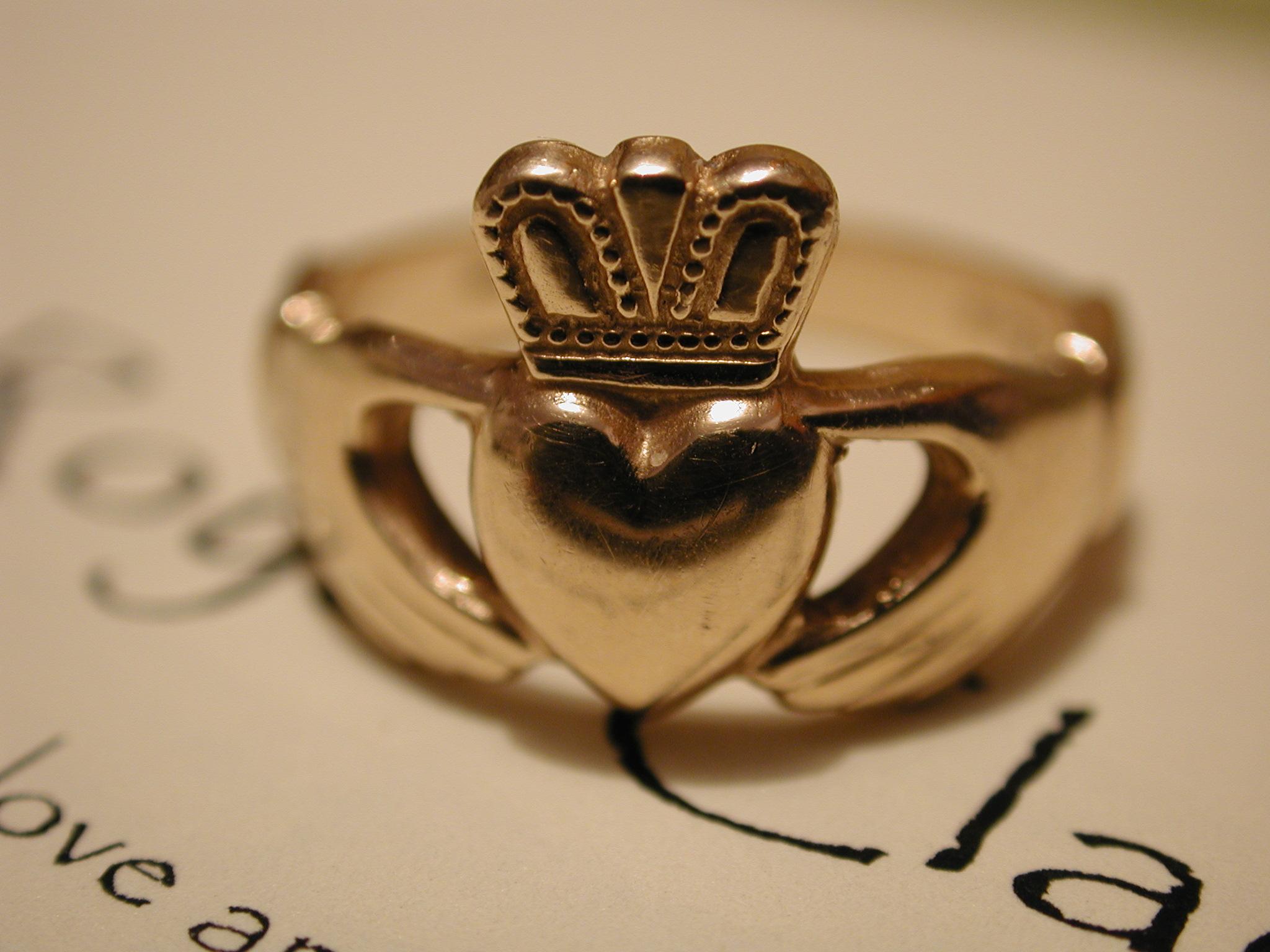 English: Gold Royal Claddagh Ring Français : C...