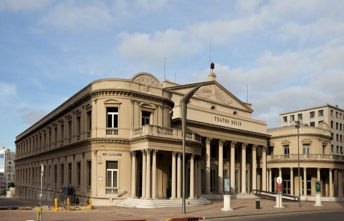 Exterior do Teatro Solis - Por Jimmy Baikovicius derivative work: MrPanyGoff [CC BY-SA 2.0 (http://creativecommons.org/licenses/by-sa/2.0)], via Wikimedia Commons
