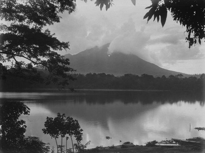 Berkas:COLLECTIE TROPENMUSEUM Het meer van Klakah aan de voet van de vulkaan Lamongan TMnr 60024639.jpg