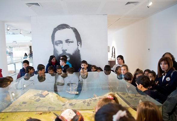 https://upload.wikimedia.org/wikipedia/commons/3/32/Escuelas_de_todo_el_pais_visitan_el_Museo_Malvinas_(20328442191).jpg