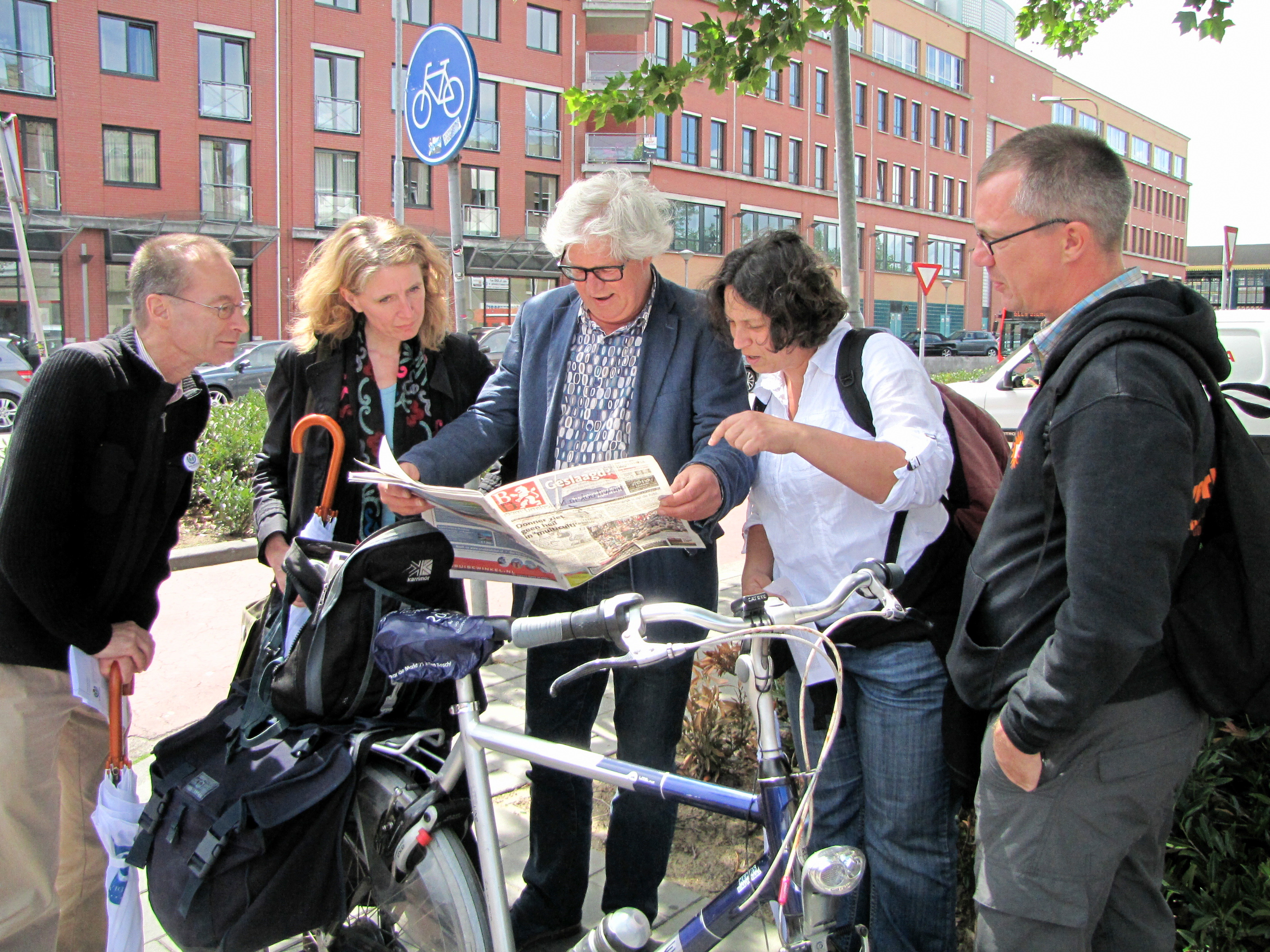 Den Bosch: some participants meet a journalist from Brabants Dagblad who had written about the tenth anniversary of Wikipedia in Dutch