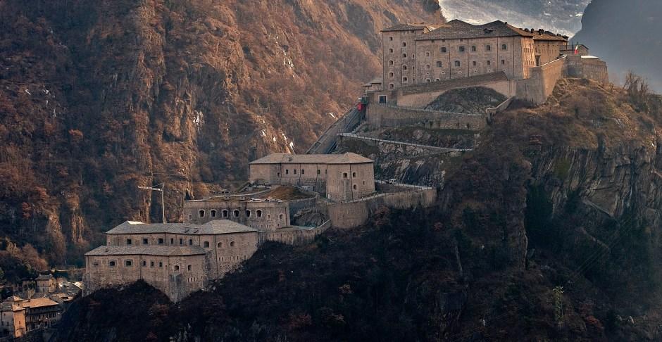 Castelos em Valle d'Aosta: Forte di Bard. Castelos e fortalezas abertos para visitação na Itália