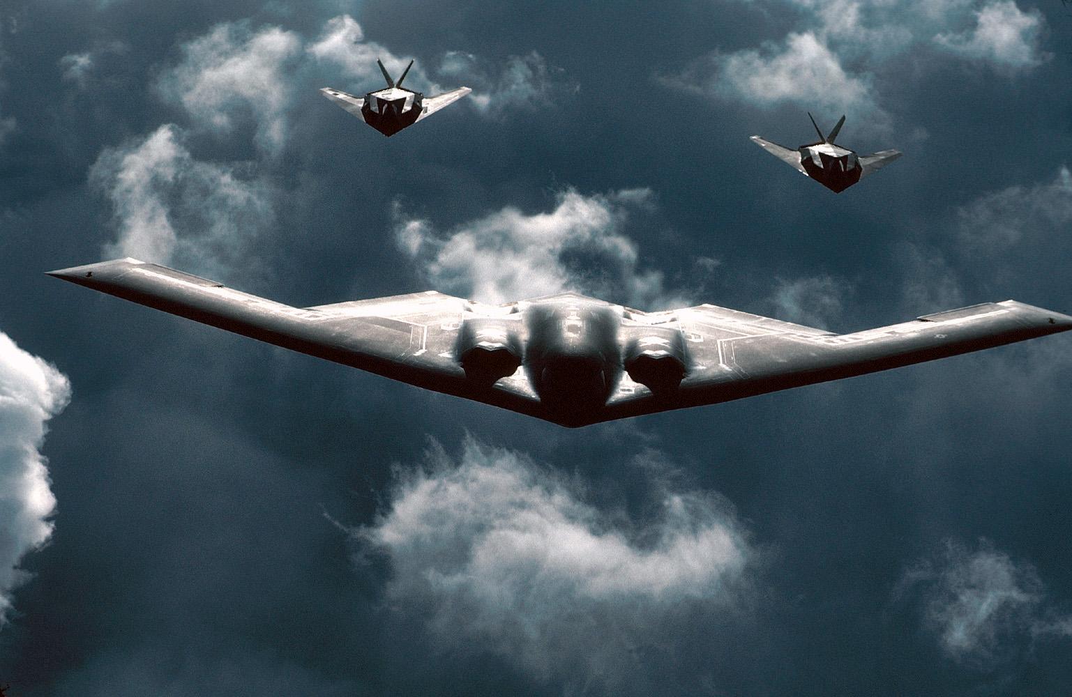 https://i2.wp.com/upload.wikimedia.org/wikipedia/commons/4/46/B-2_and_F-117_Formation.jpg