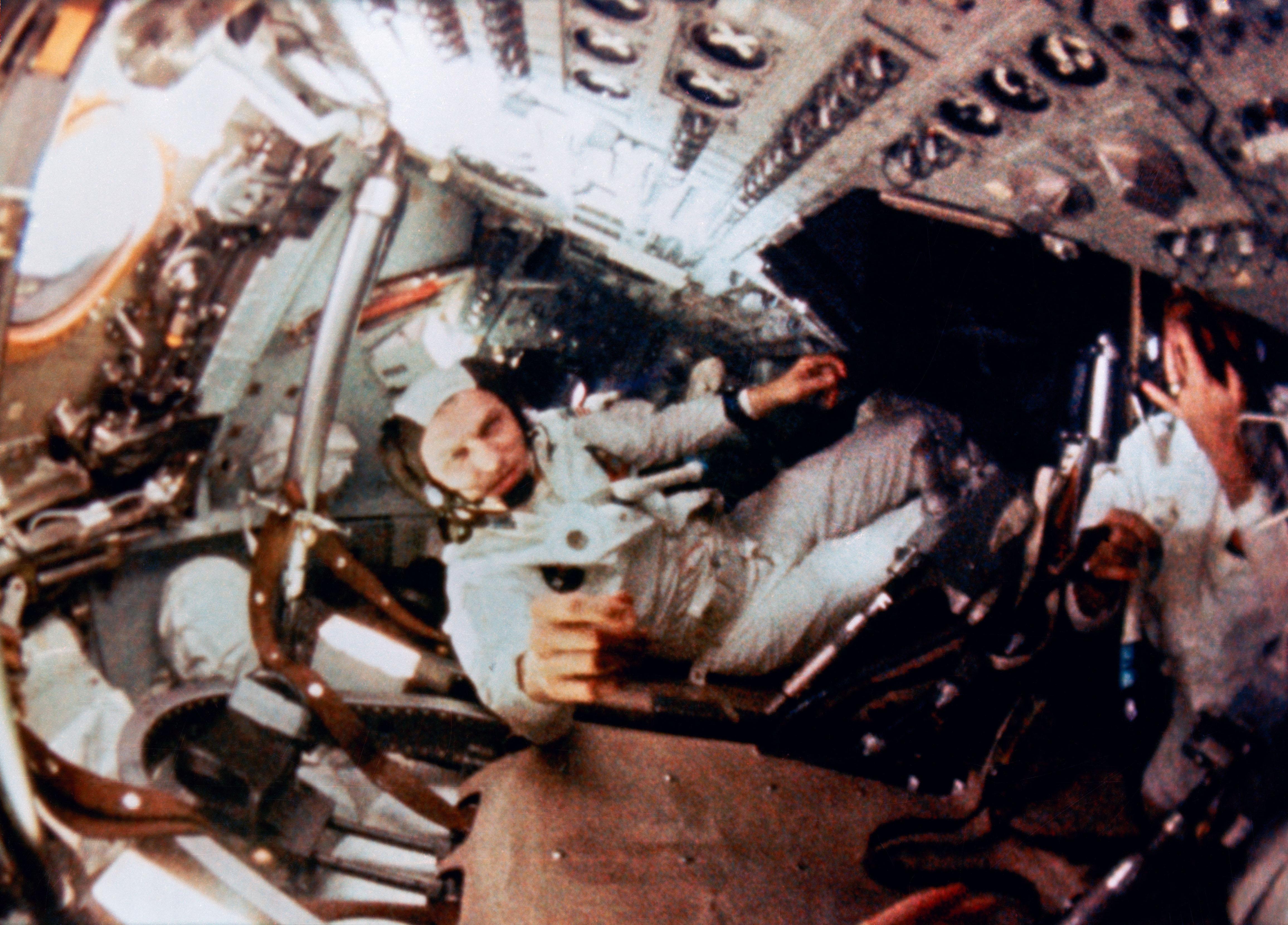 अंपोलो ८ के यात्री यान के अंदर