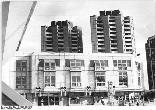 Bundesarchiv Bild 183-1990-0305-340, Berlin-Marzahn, Kaufhaus am Marzahner Tor