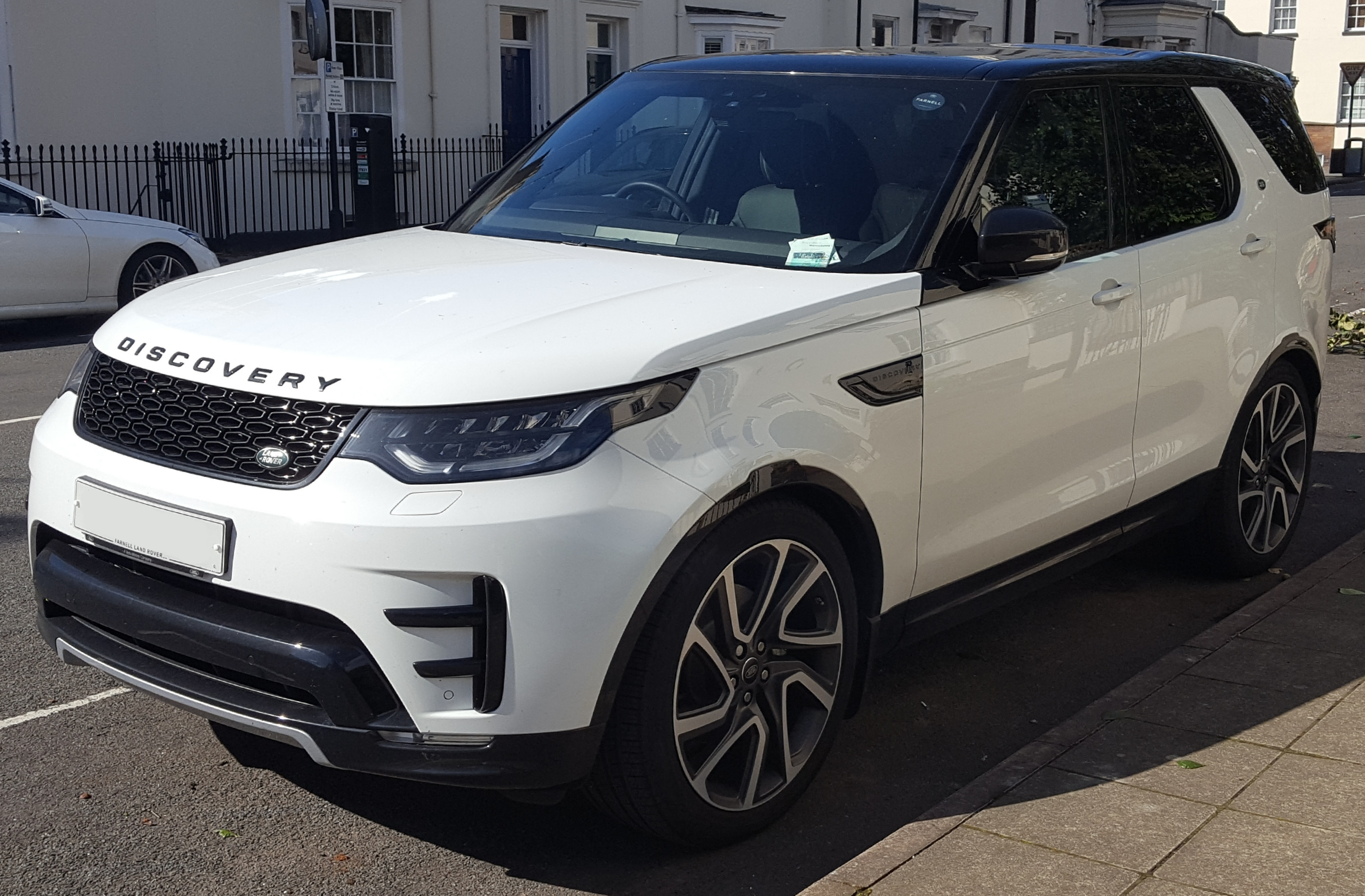 File 2017 Land Rover Discovery HSE TD6 Automatic Front