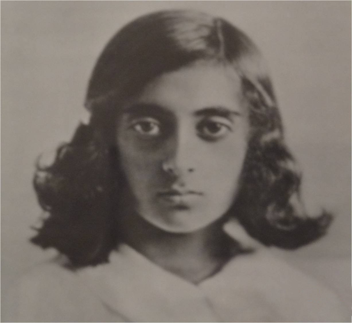 https://i2.wp.com/upload.wikimedia.org/wikipedia/commons/4/4e/IndiraGandhi-Young.jpg