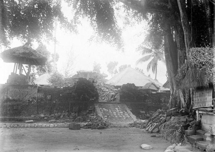 https://i2.wp.com/upload.wikimedia.org/wikipedia/commons/4/4f/COLLECTIE_TROPENMUSEUM_Ingestorte_bouwwerken_na_de_aardbeving_op_Bali_van_1917_TMnr_10004137.jpg