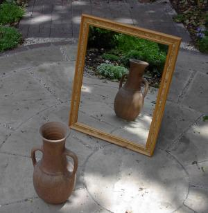English: : A mirror, reflecting a vase. Españo...