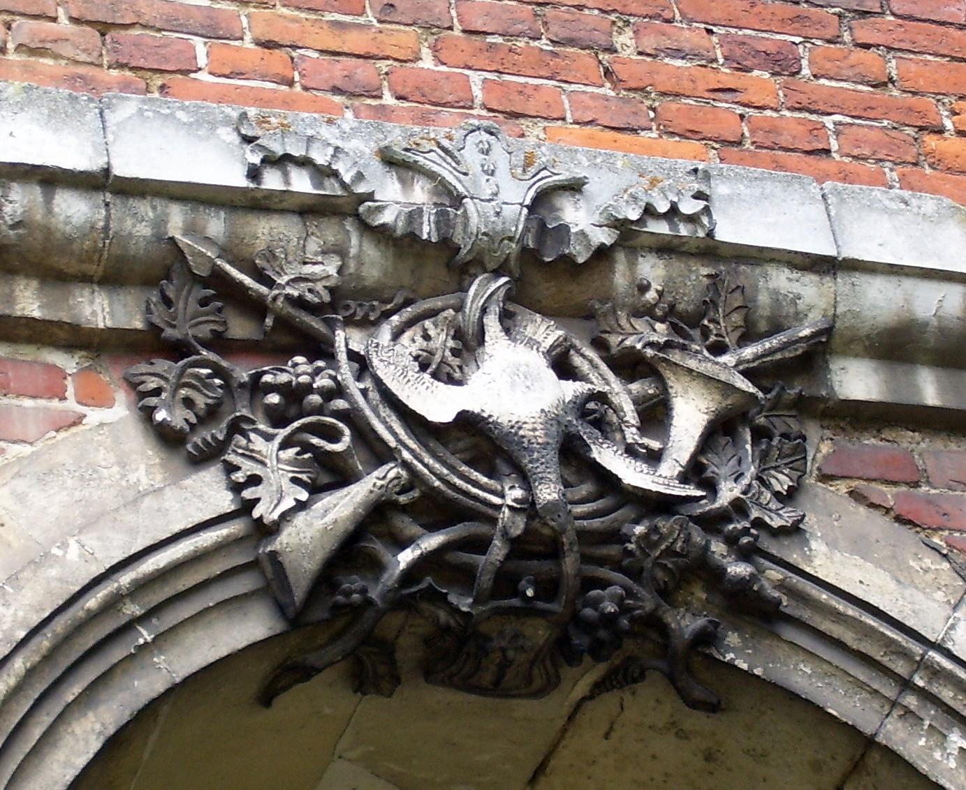 toter Vogel (Fasan?) auf Jagdhorn und Flinte, eigenes Foto, public domain/gemeinfrei