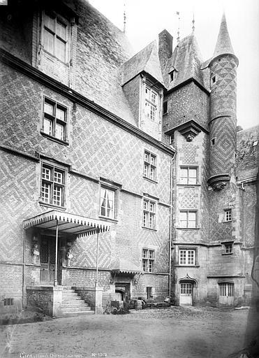 SchlossGien1882InnenhofSuedecke