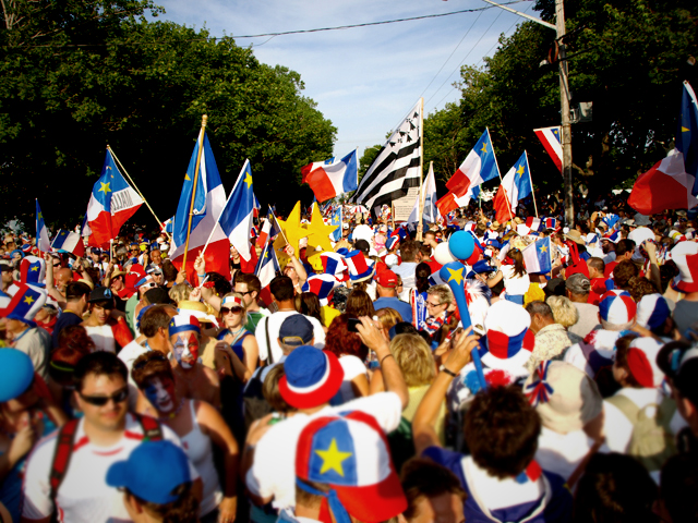 https://i2.wp.com/upload.wikimedia.org/wikipedia/commons/5/5a/Tintamarre_during_National_Acadian_Day_2009,_Caraquet_New_Brunswick.jpg