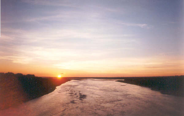 File:Sunshine Parapeti River.jpg