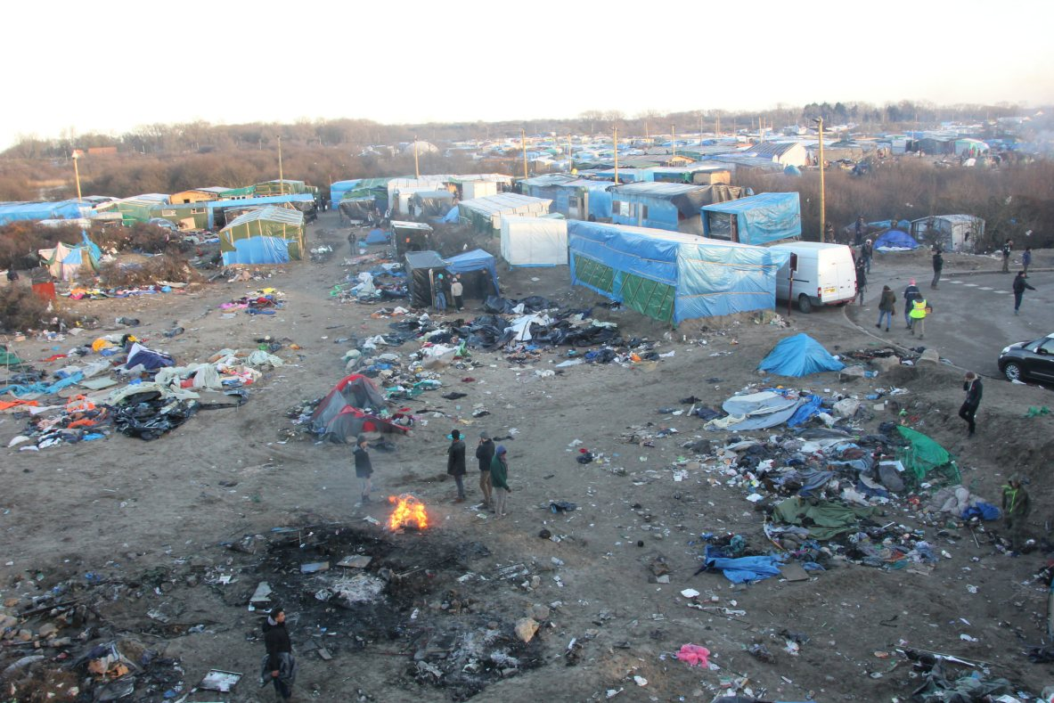 https://i2.wp.com/upload.wikimedia.org/wikipedia/commons/6/64/Overview_of_Calais_Jungle.jpg?resize=1183%2C789&ssl=1