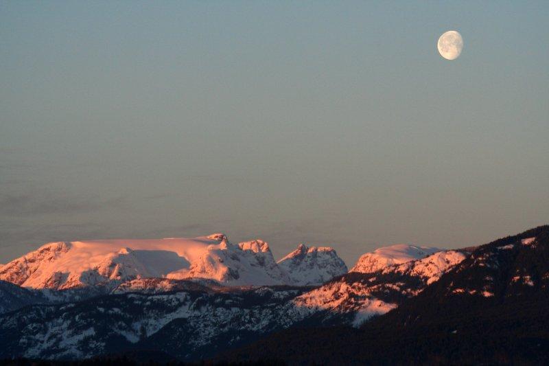 https://i2.wp.com/upload.wikimedia.org/wikipedia/commons/6/66/Comox_Glacier_on_a_February_Morning.jpg?w=800&ssl=1