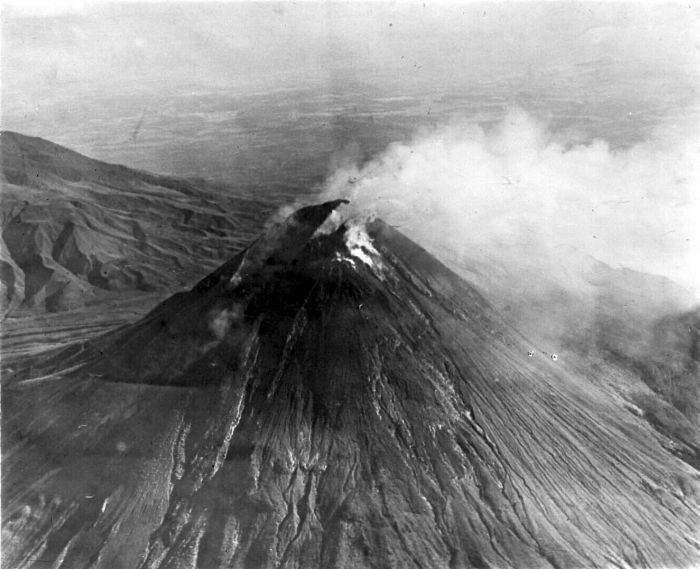 File:COLLECTIE TROPENMUSEUM Uitbarsting van de Merapi in 1930 TMnr 10003995.jpg