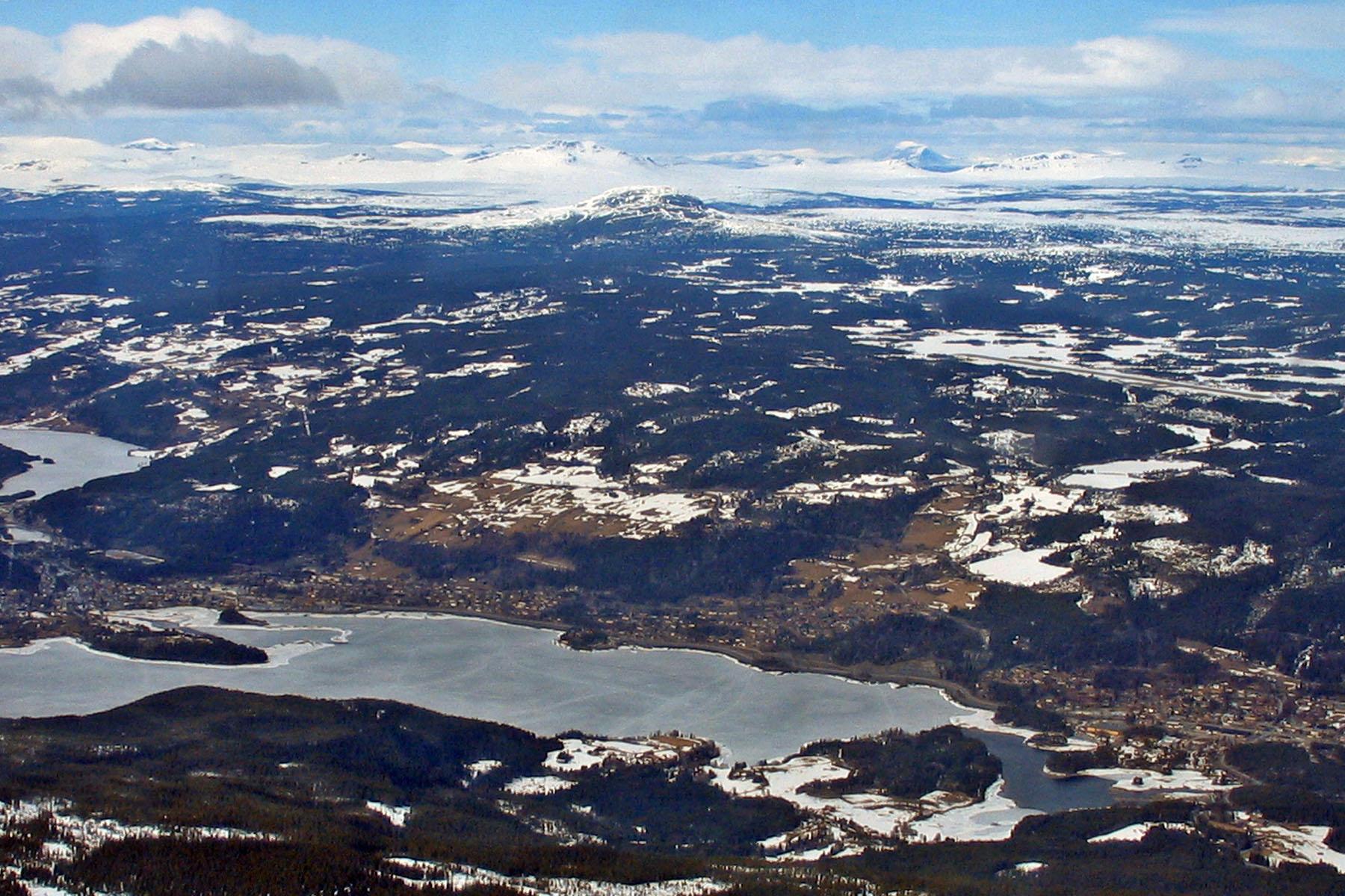 Fagernes Lufthavn Leirin (midten til høyre) ligger på toppen av et fjell ved Fagernes.