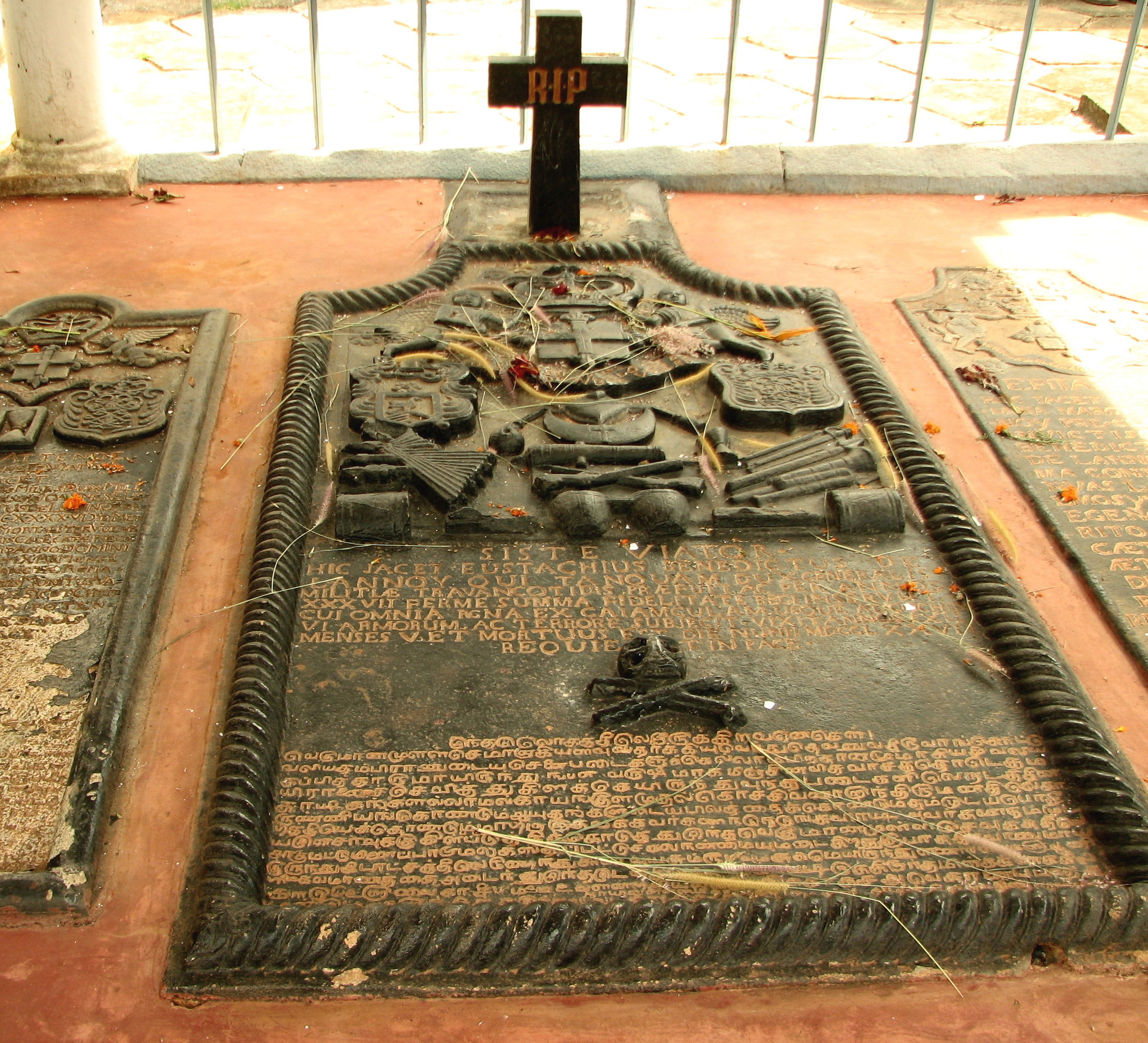 https://i2.wp.com/upload.wikimedia.org/wikipedia/commons/6/6b/De_lannoy_Tomb_-_Burial_Site.JPG