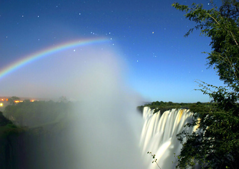 https://i2.wp.com/upload.wikimedia.org/wikipedia/commons/6/6d/LunarRainbowVicFalls_small.jpg