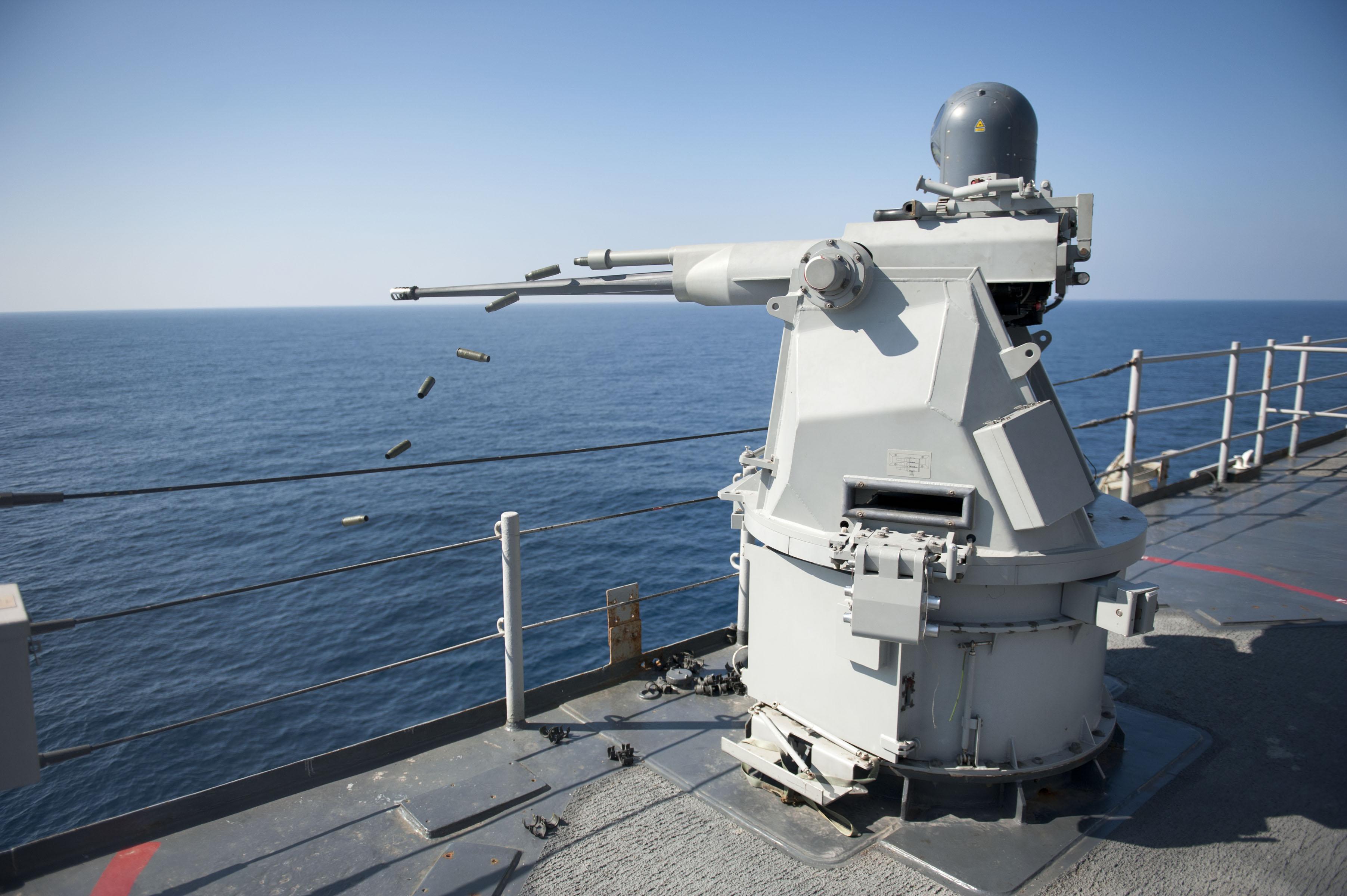 https://i2.wp.com/upload.wikimedia.org/wikipedia/commons/7/70/US_Navy_111231-N-KS651-967_A_Mk_38_MOD_2_25mm_machine_gun_system_aboard_the_amphibious_dock_landing_ship_USS_Pearl_Harbor_%28LSD_52%29_ejects_casings_d.jpg
