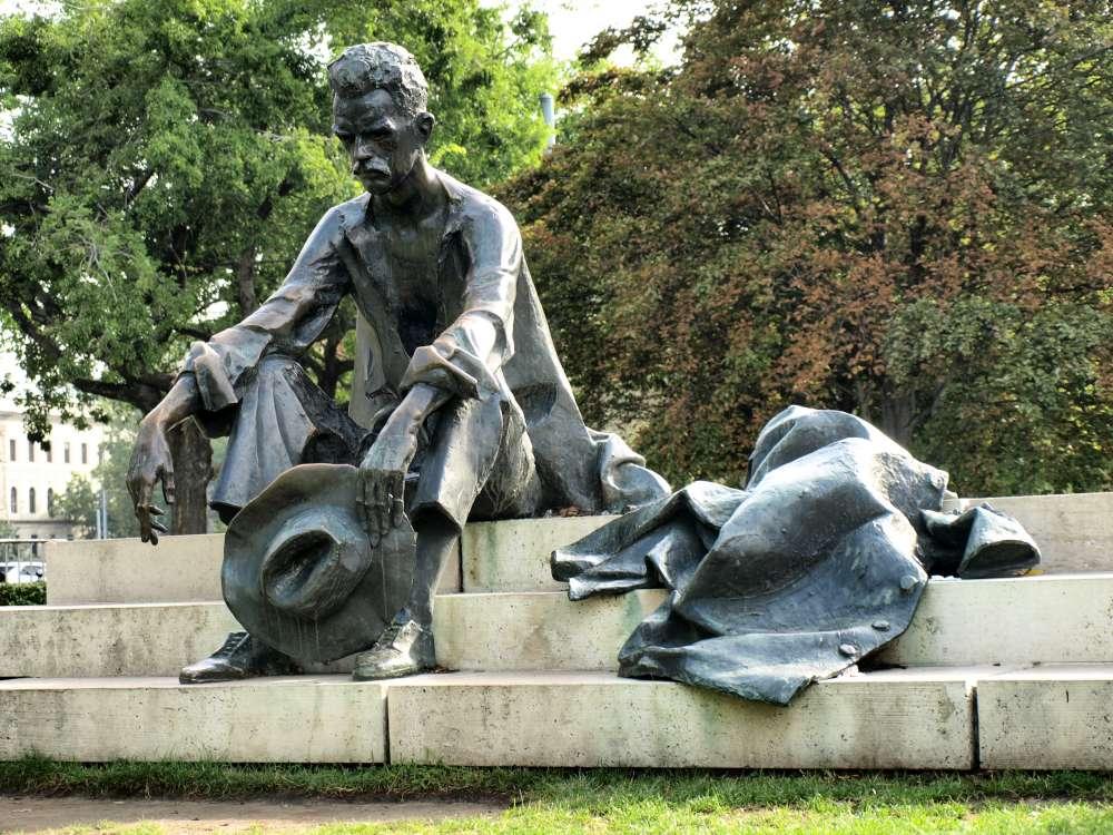 József Attila szobra, Bp. V.ker., a Parlamenttől jobbra lévő parkban