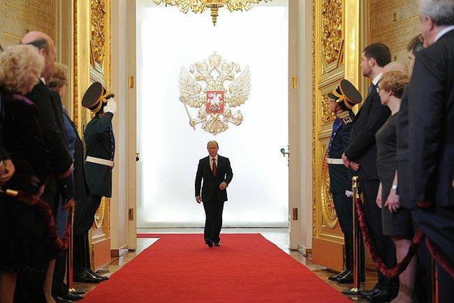 Abbildung 5: Putin durchschreitet die Flügeltüren