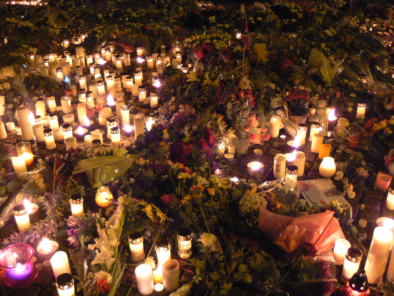 Blommor utanför Oslo domkyrka efter massakern