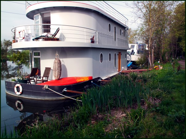 https://i2.wp.com/upload.wikimedia.org/wikipedia/commons/7/76/Double-decker%5E_Houseboat%2C_Thames%2C_Shepperton._-_panoramio.jpg?resize=604%2C453&ssl=1