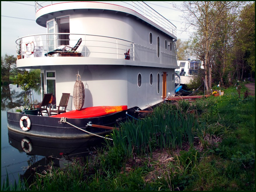 https://i2.wp.com/upload.wikimedia.org/wikipedia/commons/7/76/Double-decker%5E_Houseboat%2C_Thames%2C_Shepperton._-_panoramio.jpg?resize=878%2C659&ssl=1