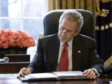 File:Bush at desk reading SotU draft.png